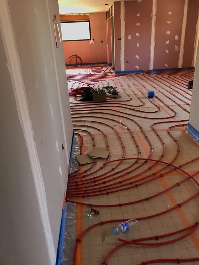Installation de tuyaux pour un système de chauffage au sol