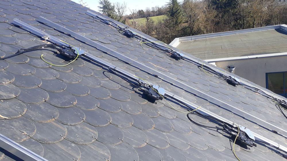 Installation de panneaux solaires sur une pente de toit