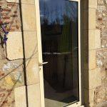 Pose d'une porte vitrée,Installation rénovation portes et fenêtres, porte de garages, portail